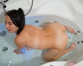 Brown, Piercings Victoria - Horny Victoria Masturbates In The Tub